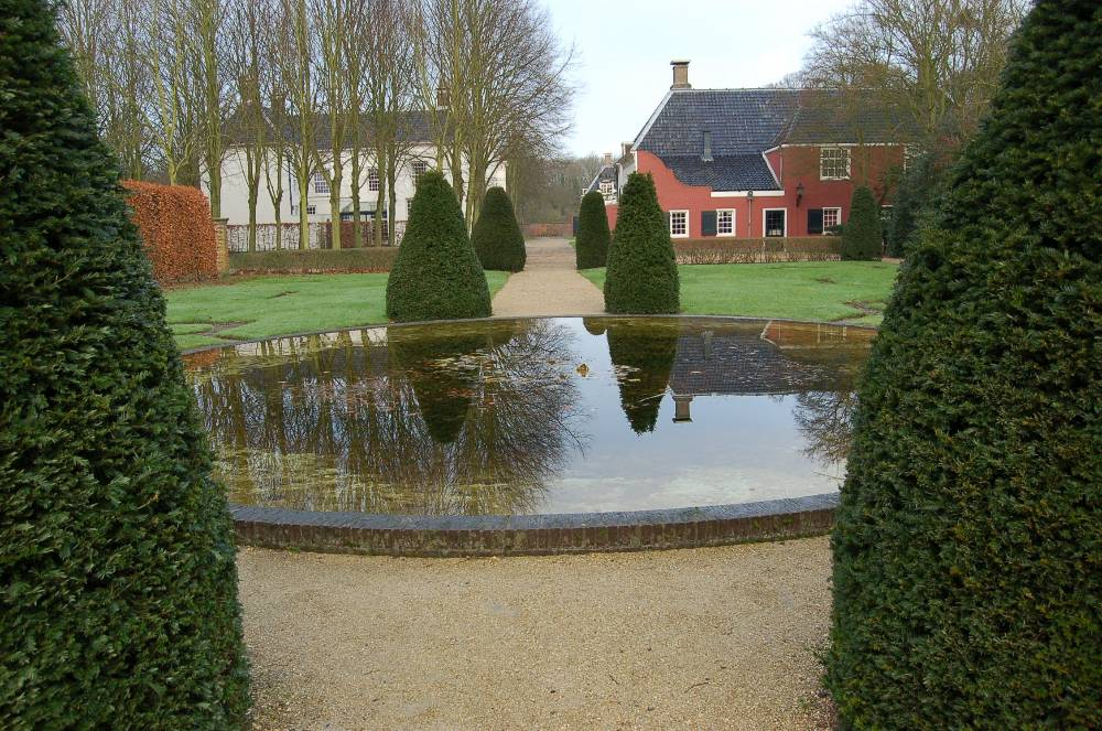 Spiegelvijver in zuidelijke stijltuin Buitenplaats Beeckestijn in Velsen-Zuid