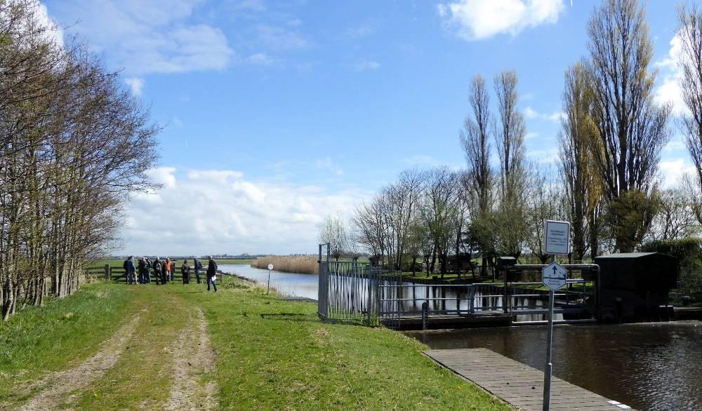 Schulpvaart kruist de Uitgeesterweg tussen Akersloot en Limmen.