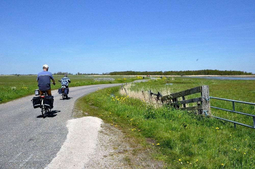 Fietsen over Lagendijk bij Krommeniedijk