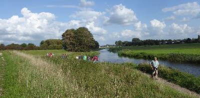 Wandelaars bi de Schulpvaart tussen Castricum en Limmen