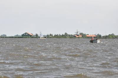 Watersport op het Alkmaardermeer, met op de achtergrond het oeverpark de Hoop