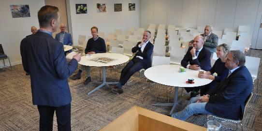 Voorzitter Evert Vermeer spreekt wethouders toe